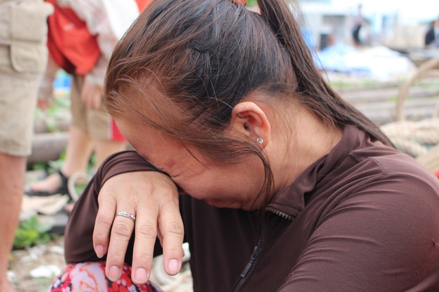 Nhiều phụ nữ đã bật khóc nức nở vì sau một đêm trở thành trắng tay, bất định