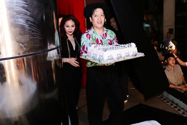 Là người đồng hành thực hiện minishow cùng với Trấn Thành, danh hài Trường Giang cũng chúc mừng sinh nhật anh ngay trên sân khấu.