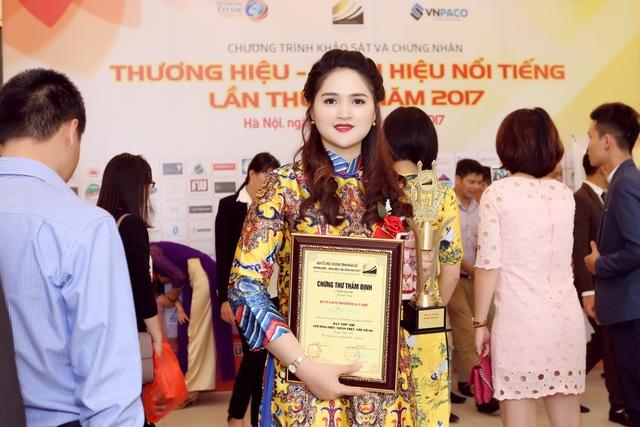 Bà Đỗ Việt Hươn gnhận giải trên sân khấu Thương hiệu nhãn hiệu nổi tiếng