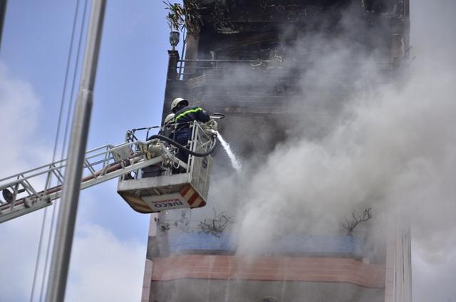 Cháy nhà 5 tầng, điều lính cứu hỏa của 3 quận tới dập lửa - 1