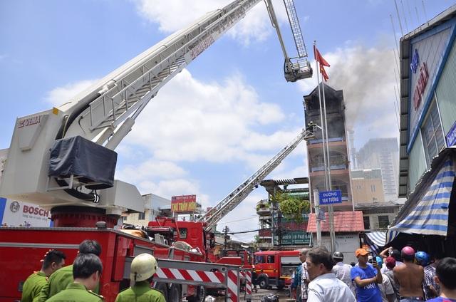 Xe thang chuyên dụng được huy động chữa cháy.