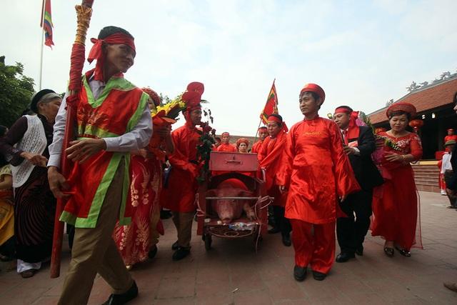 Sau hàng giờ đồng hồ thực hiện các nghi thức tế lễ, các ông ỉn bắt đầu được rước ra khỏi đình để đi một vòng quanh làng.