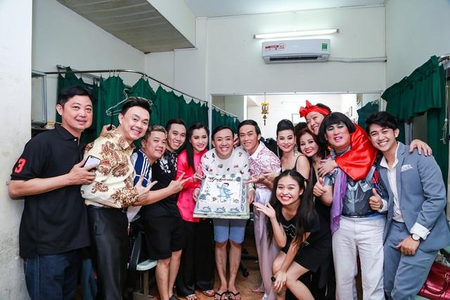 Bên cạnh đó, các danh hài Hoài Linh, Chí Tài, Cát Phượng, Lê Giang, Anh Đức… cũng vui vẻ chúc mừng sinh nhật Trấn Thành ở ngay sau hậu trường show diễn.