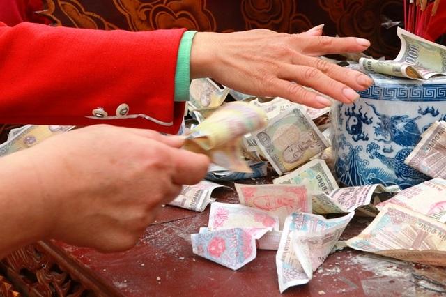 Các loại tiền người dân ném lên kiệu đầy đủ các mệnh giá khác nhau.