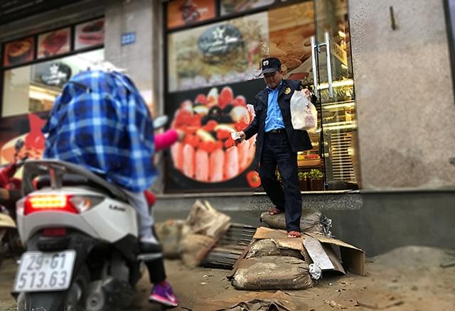 Người dân chất đống bao tải đất, cát để làm bậc bước lên cửa hàng