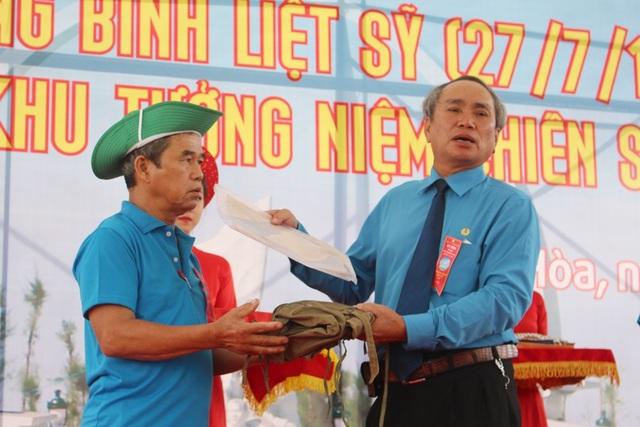 Ông Nguyễn Hòa, Thành viên Ban quản lý Khu tưởng niệm Chiến sĩ Gạc Ma, tiếp nhận di vật, tư liệu về chiến sĩ Gạc Ma