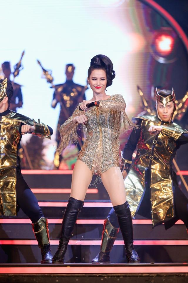 """Sơn Tùng M-TP mang """"ngai vàng"""" lên sân khấu, Hari Won trắng tay - 15"""