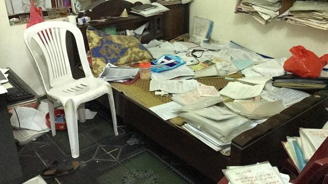 Hồ sơ của ông được bày khắp phòng nhưng cũng rất cẩn thận trong việc sắp đặt từng chi tiết vụ việc, các văn bản liên quan...