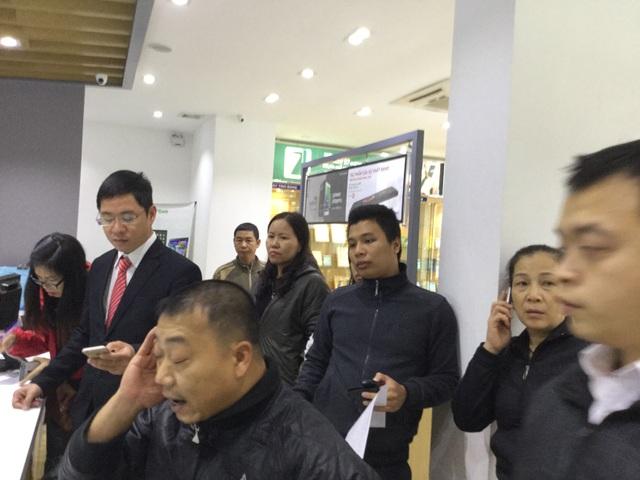 Rất nhiều khách hàng tới cửa hàng MobiFone để kiểm tra.