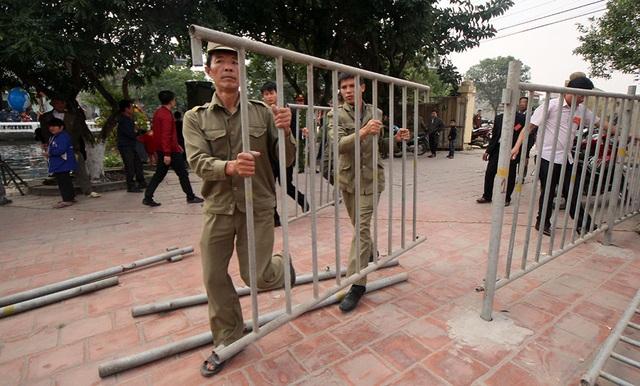 Trong lúc đoàn rước đi quanh làng, ban tổ chức cũng gấp rút chuẩn bị hàng rào để ngăn người dân tiếp cận khu vực làm cỗ ngọc tế thánh.