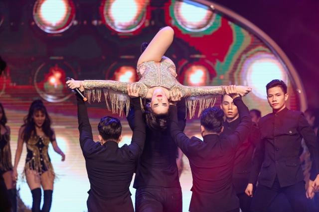 Đông Nhi với phần trình diễn sôi động và bốc lửa, vũ đạo đẹp mắt bên cạnh vũ đoàn