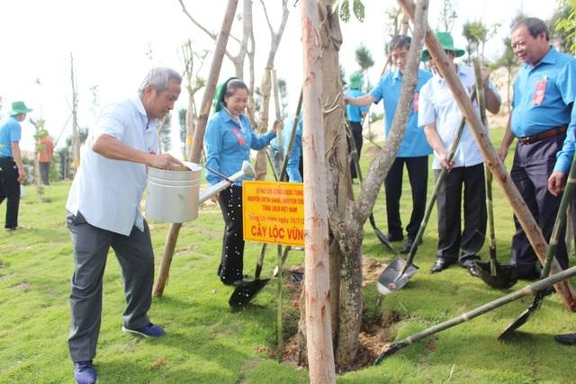 Các đại biểu trồng cây lưu niệm ở khuôn viên bên sau Khu tưởng niệm chiến sĩ Gạc Ma