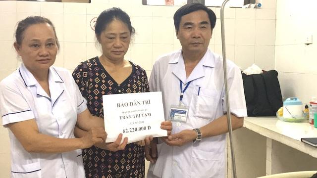 Giám đốc TTYT Hưng Nguyên BS chuyên khoa 2 Nguyễn Đình Thanh đã tiếp nhận và trao số tiền 62.220.000 ₫ của bạn đọc Báo Dân trí ủng hộ em Lê Tiến Đạt.