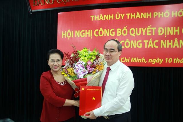 Bà Nguyễn Thị Kim Ngân trao quyết định cho ông Nguyễn Thiện Nhân (Ảnh: Quốc Anh)