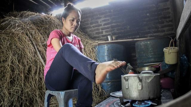 Chị Cậy có thể sử dụng đôi chân làm các việc hàng ngày một cách khéo léo, nhanh nhẹn. Ảnh Toàn Vũ