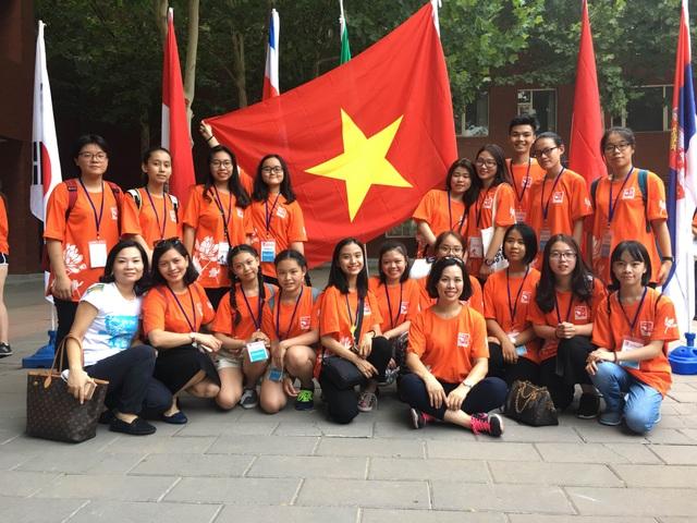 Minh Anh (hàng trên, thứ 4 từ trái qua) tại Trại hè Quốc tế 2017 diễn ra tại Bắc Kinh, Trung Quốc