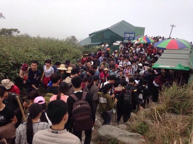 Du khách chen chân lên Chùa Đồng ngày mùng 4 tết (ảnh CTV)
