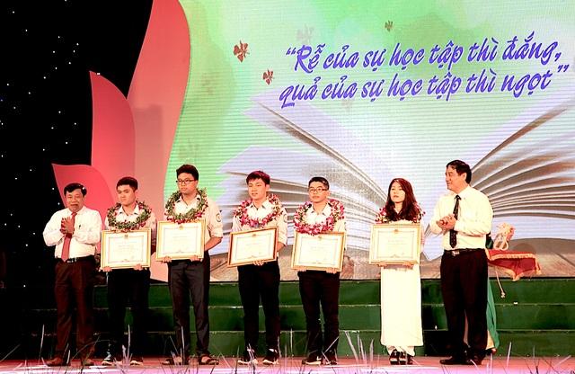 Ông Nguyễn Đắc Vinh - Ủy viên TW Đảng, Bí thư Tỉnh ủy và ông Nguyễn Xuân Đường - Phó Bí thư Tỉnh ủy, Chủ tịch UBND tỉnh trao thưởng cho 5 học sinh đạt thành tích cao tại các kỳ thi Olympic quốc tế và khu vực.