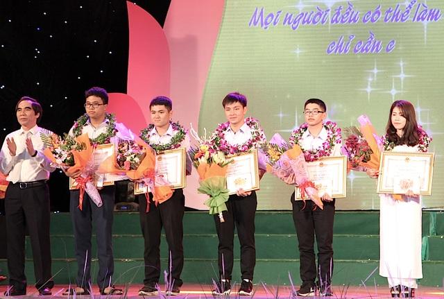 Ông Nguyễn Văn Trung - Thứ trưởng Bộ Kế hoạch và Đầu tư tặng quà cho học sinh đạt giải quốc tế.