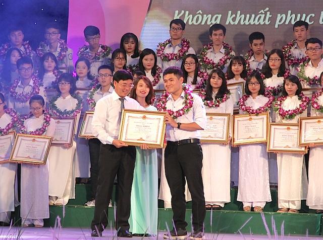 Ông Nguyễn Văn Thông - Phó Bí thư Tỉnh ủy tặng Bằng khen cho các em học sinh đạt học sinh giỏi quốc gia.