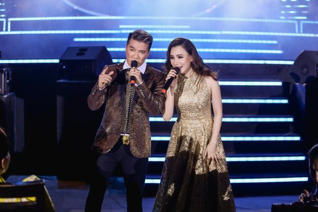 Ca sĩ Đàm Vĩnh Hưng và Hồ Quỳnh Hương cũng hào hứng song ca bài hát Anh nhớ em vô cùng.