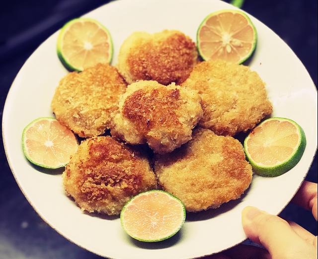 Chả tôm ăn kèm nước chấm chua ngọt của Thái Lan (có bán sẵn trong siêu thị) sẽ ngon hơn, ngoài ra cũng có thể chấm nước mắm tỏi ớt hoặc tương ớt - tương cà chua.