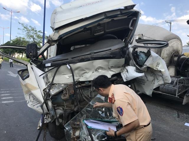2 tài xế và 1 phụ xe tải bị thương sau vụ tai nạn liên hoàn chiều 27/2 trên XLHN, TPHCM.