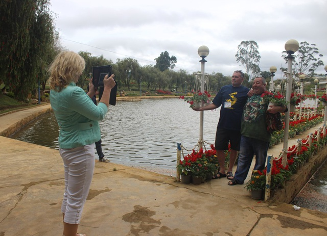 Du khách nước ngoài tham quan Vườn hoa thành phố