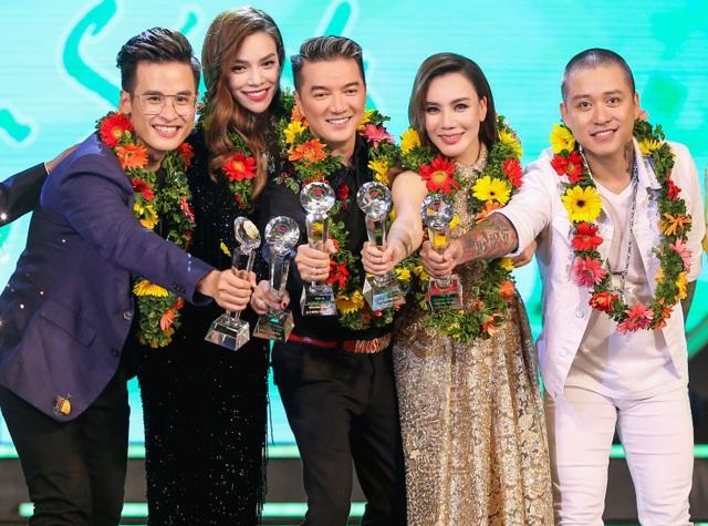 """Giải thưởng dành cho """"Ca sĩ được yêu thích nhất trong năm - bảng vàng đã thuộc về những ngôi sao ca nhạc quen thuộc, những cái tên luôn tạo được sức hút hàng đầu: Hồ Ngọc Hà, Đàm Vĩnh Hưng, Hồ Quỳnh Hương, Tuấn Hưng, Hà Anh Tuấn."""