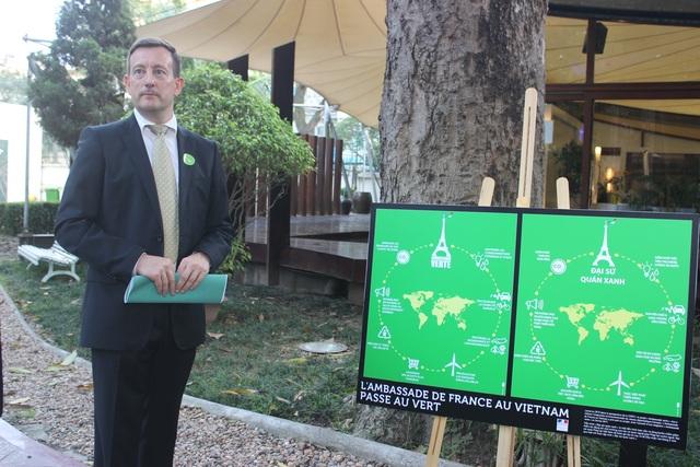 Đại sứ Lortholary giới thiệu dự án Đại sứ quán xanh trong khuôn viên Đại sứ quán Pháp tại Hà Nội (Ảnh: Thành Đạt)