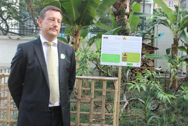 Mô hình bằng gỗ phía sau Đại sứ Lortholary là tổ dụ côn trùng trong khuôn viên Đại sứ quán (Ảnh: Thành Đạt)