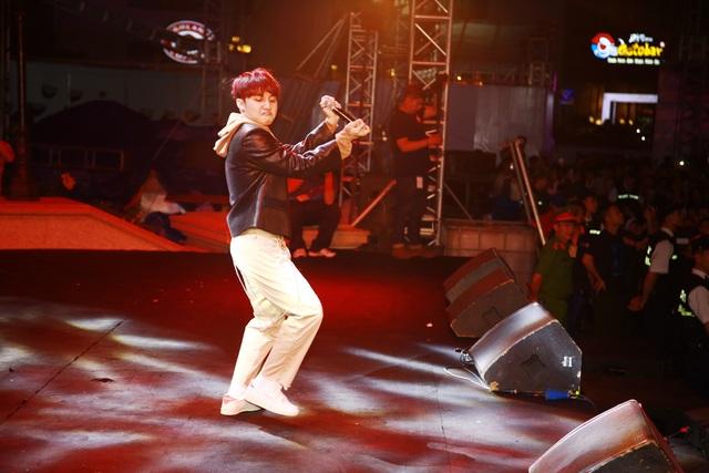 Ca sỹ Sơn Tùng biểu diễn trong lễ hội
