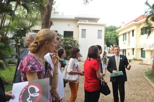 Đại sứ Lortholary trả lời câu hỏi của các khách mời Việt Nam và quốc tế khi giới thiệu về dự án Đại sứ quán xanh (Ảnh: Thành Đạt)