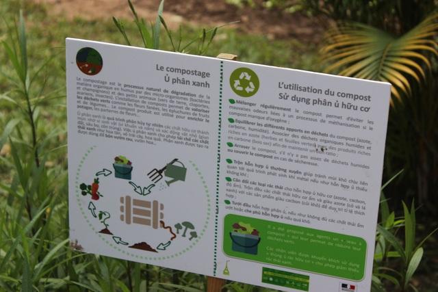 Bảng chỉ dẫn khu ủ phân xanh, nơi tập trung các loại rác thải hữu cơ của Đại sứ quán nhằm cung cấp phân bón cho vườn rau (Ảnh: Thành Đạt)