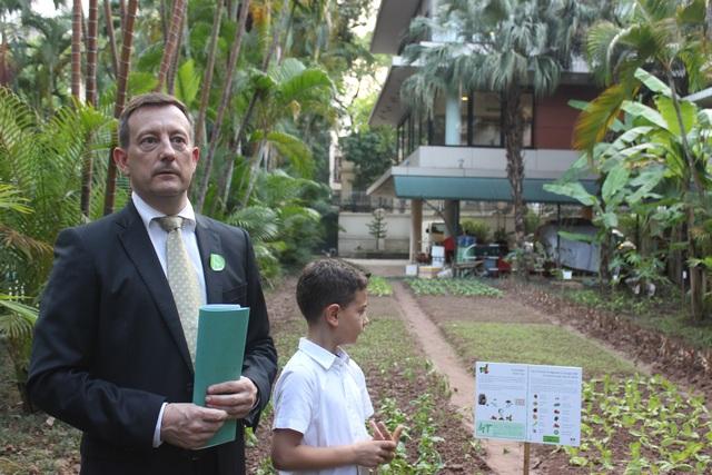 Đại sứ Lortholary giới thiệu vườn rau với diện tích khoảng 50m2 trong khuôn viên Đại sứ quán Pháp tại Việt Nam (Ảnh: Thành Đạt)