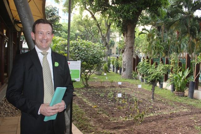 Đại sứ Lortholary và khu vườn dược liệu với 13 loài dược liệu khác nhau được trồng trong khuôn viên Đại sứ quán Pháp (Ảnh: Thành Đạt)