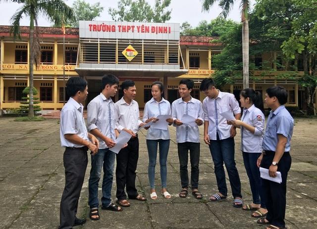 Ban giám hiệu nhà trường gặp gỡ, chúc mừng và động viên học trò sau kỳ thi
