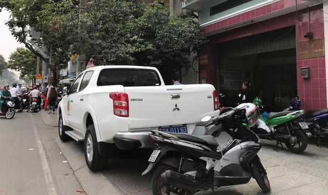 Ô tô công vụ mang biển số xanh đậu chễm chệ trên vỉa hè trước trụ sở Công an phường 17.