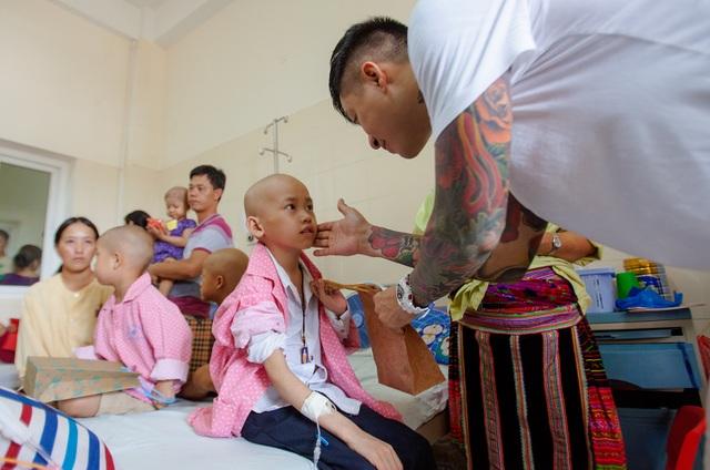 Đến với Viện K.3 lần này, ca sĩ Tuấn Hưng mang tới 115 suất quà, trong đó có cả quà cho trẻ em và người lớn. Anh diện đồ của người nhà bệnh nhân, âm thầm cùng các y bác sỹ và trợ lý đến tận từng giường bệnh để trao.