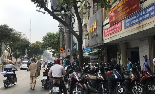 Toàn bộ vỉa hè trước trụ sở UBND phường 17, quận Bình Thạnh trên đường Xô Viết Nghệ Tĩnh bị cơ quan này chiếm dụng để đậu xe.