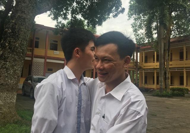 Thầy Trịnh Văn Hùng động viên cậu học trò của mình