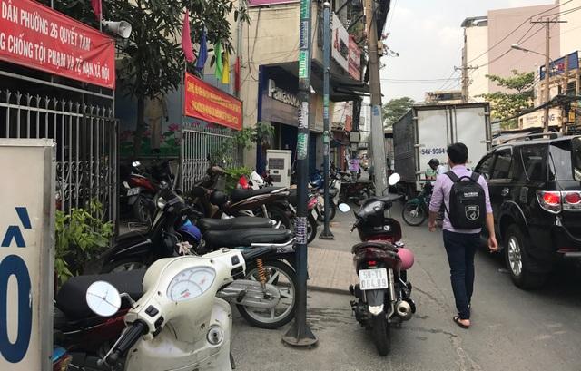 Vỉa hè trên đường Xô Viết Nghệ Tĩnh, truớc trụ sở UBND phường 26, Bình Thạnh bị chiếm dụng để đậu xe chiều 2/3.