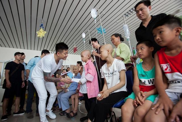 Hàng năm cứ vào dịp tết thiếu nhi 1/6 là ca sĩ Tuấn Hưng cùng bạn bè của mình lại vào viện K.3 thăm hỏi động viên và trao quà cho các cháu đang điều trị tại đây.