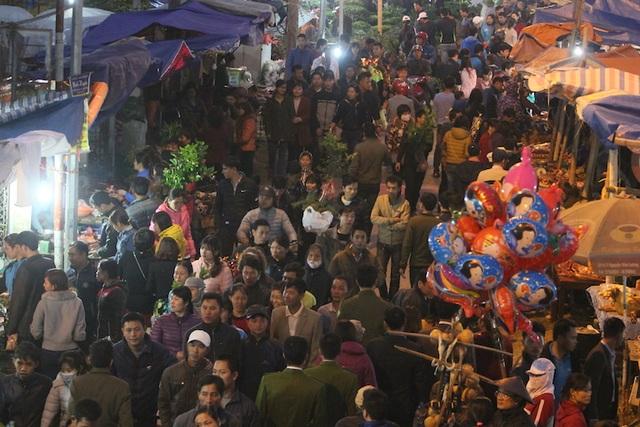 """Đến hẹn lại lên, cứ vào mồng 7 tháng Giêng âm lịch hàng năm, người dân và du khách khắp nơi kéo nhau về phiên chợ Viềng """"độc nhất vô nhị"""" mở duy nhất một lần trong năm."""