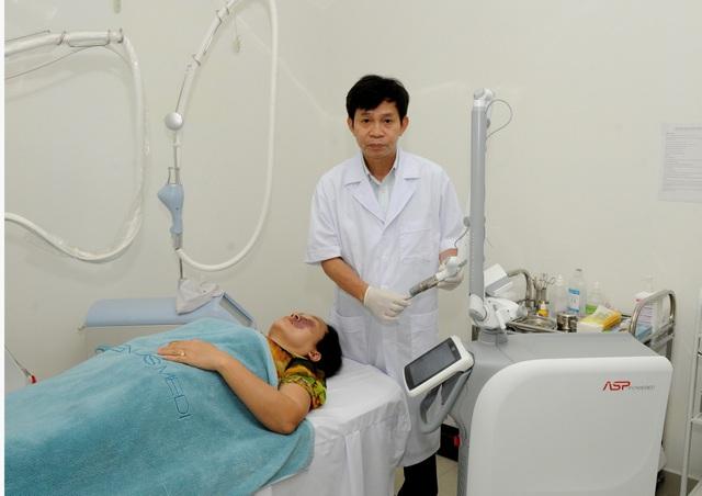 PGS Phạm Hữu Nghị đang điều trị trên hệ thống máy Laser Nd:Yag Fotona Starwalker.