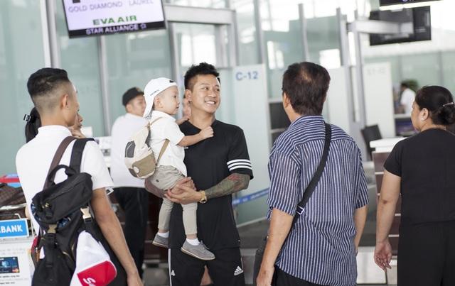 Bố mẹ và người thân nam ca sỹ ra tận sân bay tiễn gia đình Tuấn Hưng đi lưu diễn.