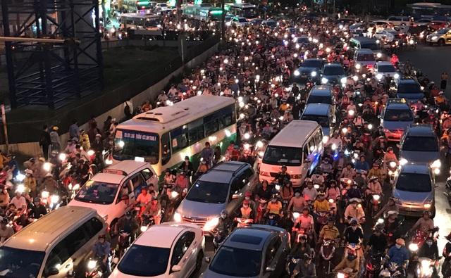 Ùn ứ nghiêm trọng ở cửa ngõ phía Đông Sài Gòn trên Xa lộ Hà Nội chiều tối 8/3.