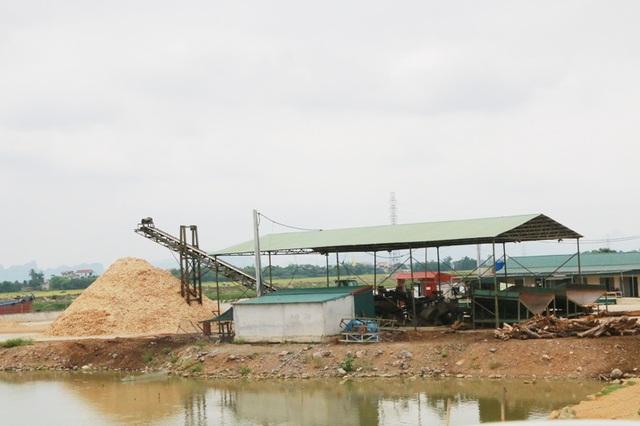 Không chỉ có bãi cát lậu ngang nhiên hoạt động, mà tại xã Gia Phú, huyện Gia Viễn còn có hẳn một xưởng chế biến dam gỗ hoạt động với quy mô lớn vi phạm pháp luật.