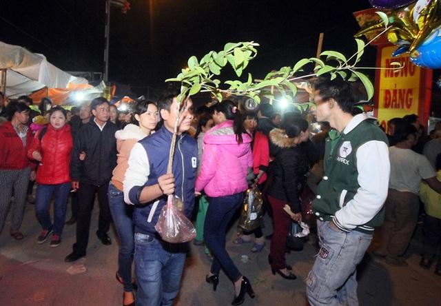 Mặc dù rất đông nhưng ai cũng cố để mua được một cây xanh mang về nhà với mong ước nhiều điều may mắn cho năm mới.
