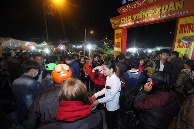 Bắt đầu từ thời điểm 19h tối ngày mồng 7 Tết, tại các đoạn đường đổ về chợ Viềng, lưu lượng người và phương tiện tham gia giao thông tăng nhanh một cách đột biến.